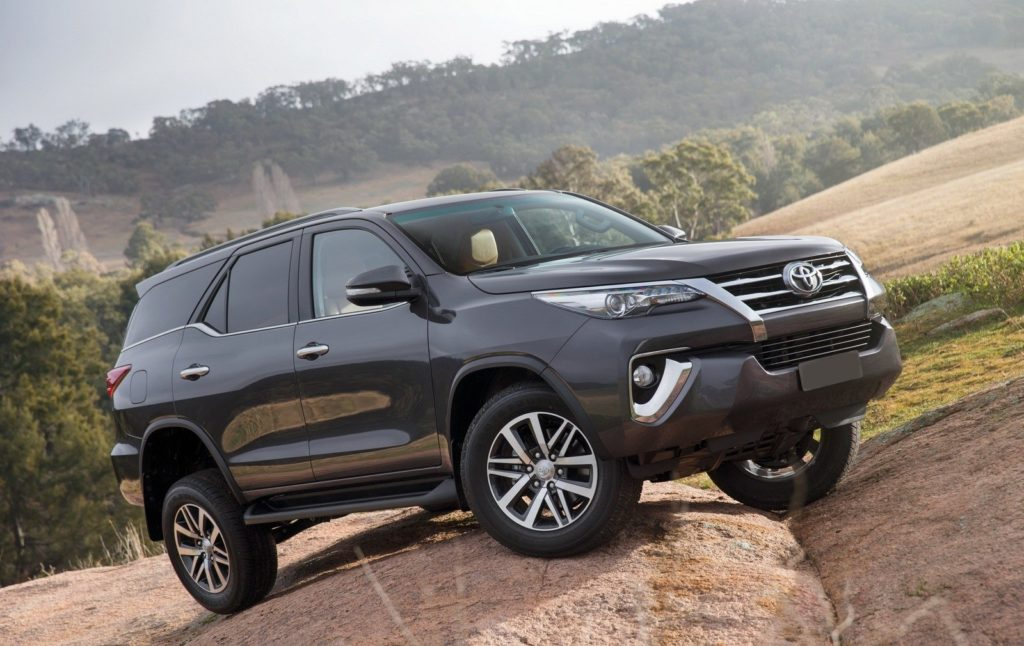 Gia xe toyota fortuner 2017 1024x646 Rent A Car with Driver